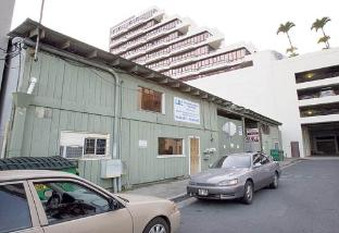 A developer is proposing to demolish the single-story industrial buildings on a half-acre site between Kawai­ahao and Waimanu streets and build a 250-foot condo tower. Pictured is L&L Transmission at 803 Wai­manu St.